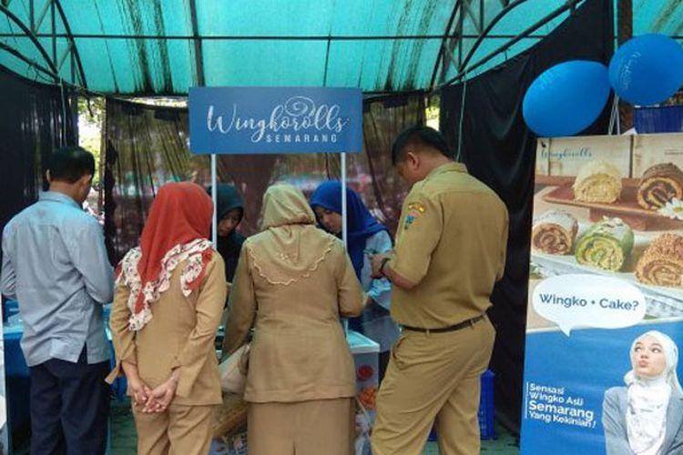 Open booth saat ada event di Kabupaten Kudus, Jawa Tengah, cake kekinian Dewi Sandra, Wingkorolls Semarang laris diserbu pengunjung, Senin (15/1/2018).