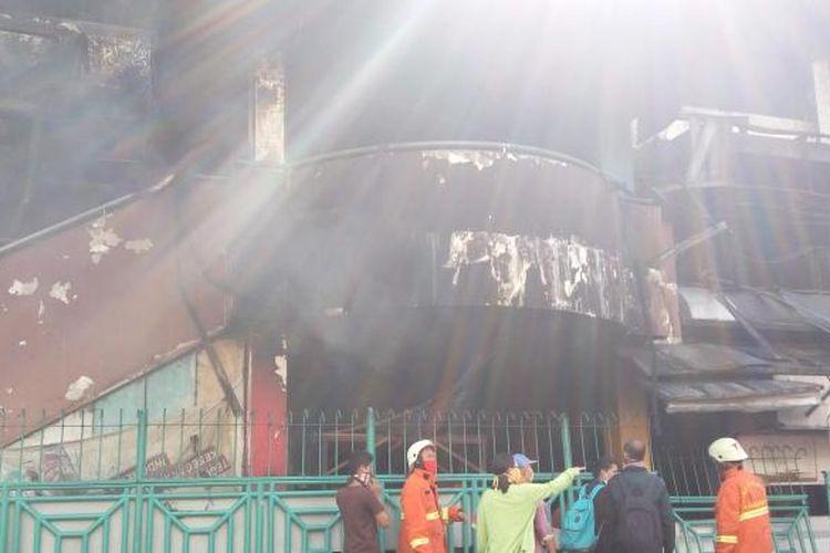 Petugas pemadam kebakaran masih berusaha memadamkan api di Pasar Senen, Jakarta Pusat pada Jumat (20/1/2017).