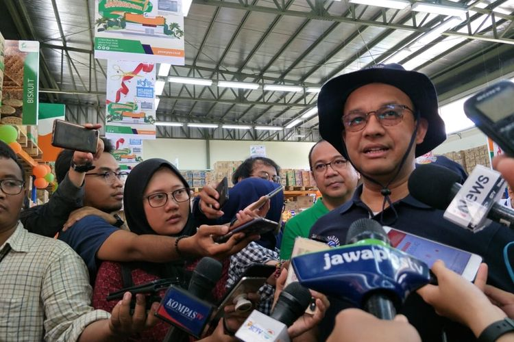 Gubernur DKI Jakarta Anies Baswedan seusai meresmikan JakGrosir di Pulau Tidung, Kepulauan Seribu, Minggu (22/9/2019)