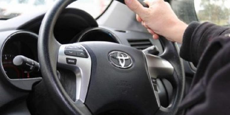 Berkendara sambil berbicara di telepon genggam tanpa alat hands-free akan dikenakan sanksi denda 250 dollar Australia.