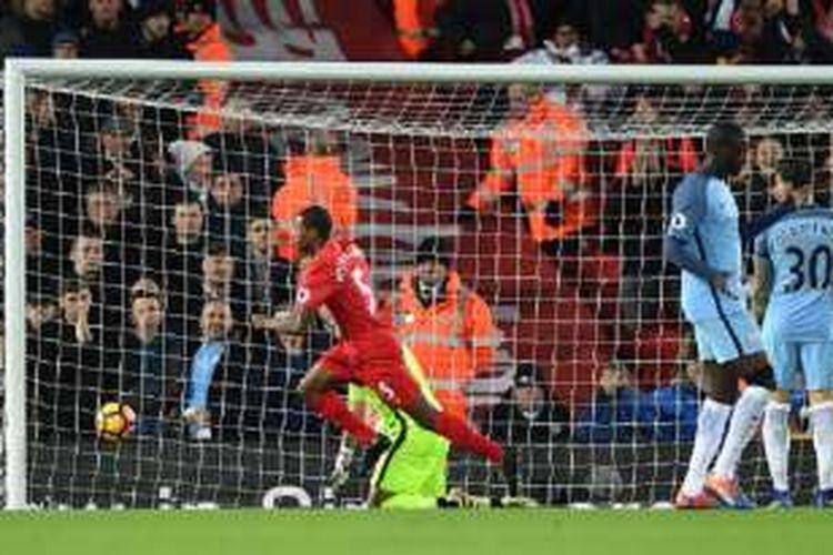 Georginio Wijnaldum merayakan gol Liverpool ke gawang Manchester City pada pertandingan Premier League di Anfield, Sabtu (31/12/2016).