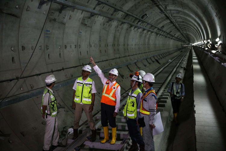 Menteri Luar Negeri Jepang, Taro Kono (rompi oranye) berkunjung ke proyek pengeboran terowongan untuk angkutan massal cepat (Mass Rapid Transit/MRT) di Stasiun Bunderan HI, Jakarta Pusat, Senin (25/6/2018). Kunjungan Menlu Taro Kono ke Indonesia sekaligus menandai 60 tahun hubungan diplomatik Indonesia-Jepang.