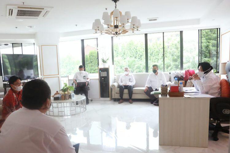 Menteri Sosial (Mensos) Tri Rismaharini saat menerima kunjungan dari Direktur Eksekutif Indikator Politik Indonesia Burhanuddin Muhtadi di Kantor Kementerian Sosial (Kemensos) pada Kamis (17/6/2021).