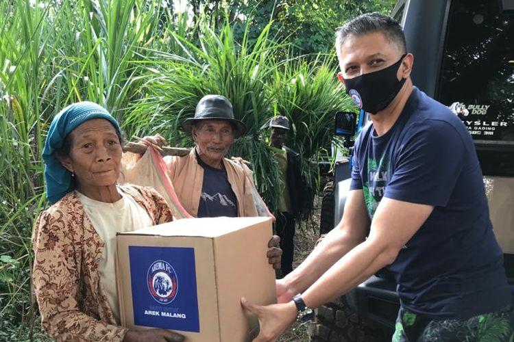 Waketum PSSI yang juga mantan CEO Arema FC, Iwan Budianto menyerahkan bantuan kepada petani yang berada di Kabupaten Malang, Jawa timur.