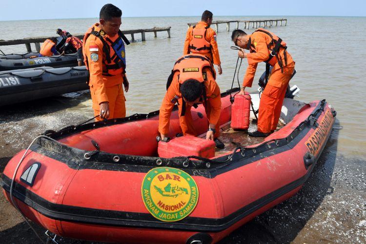 Anggota Basarnas menyiapkan peralatan untuk misi pencarian pesawat Lion Air  JT-610 yang jatuh ke laut, Senin, 29 Oktober 2018.