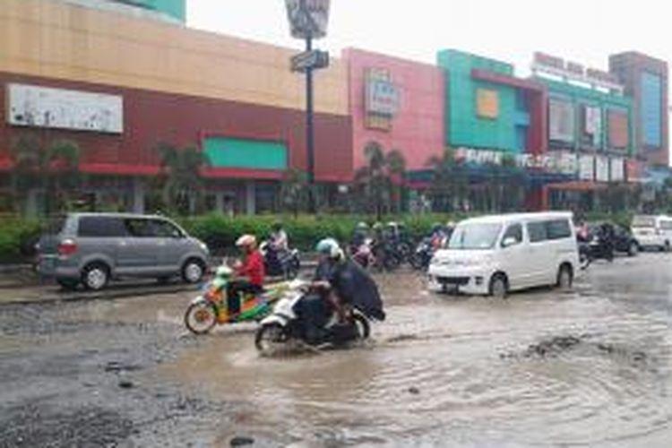 Kondisi jalan berlubang di Jalan Siliwangi, depan Pamulang Square, sangat membahayakan bagi pengguna jalan, Senin (17/3/2014).