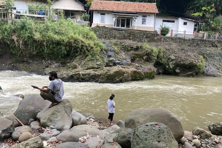Dua orang wisatawan sedang berada di salah satu titik di tepian Sungai Ciliwung yang memiliki pesona indah, meski di beberapa area terlihat banyak tumpukan sampah plastik, Kota Bogor, Senin (24/5/2021).