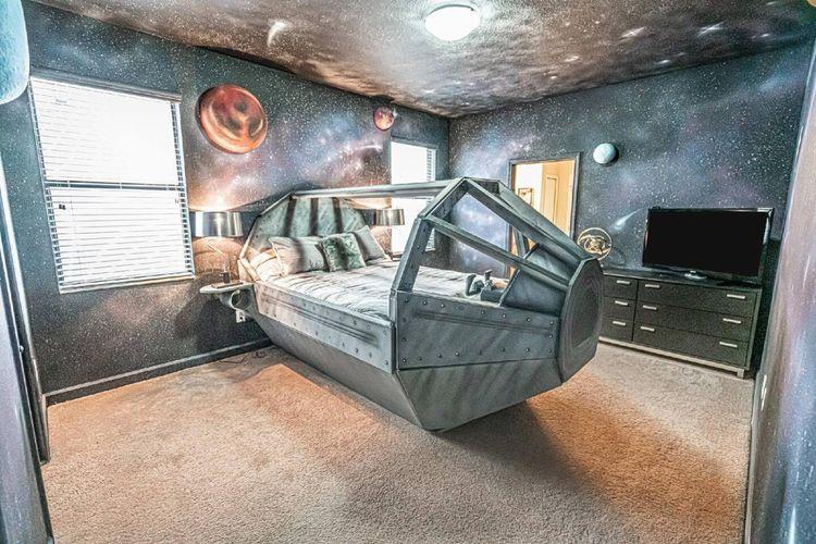 Sebuah kamar di penginapan tema Star Wars bernama Twelve Parsecs di Airbnb (https://www.airbnb.com/).