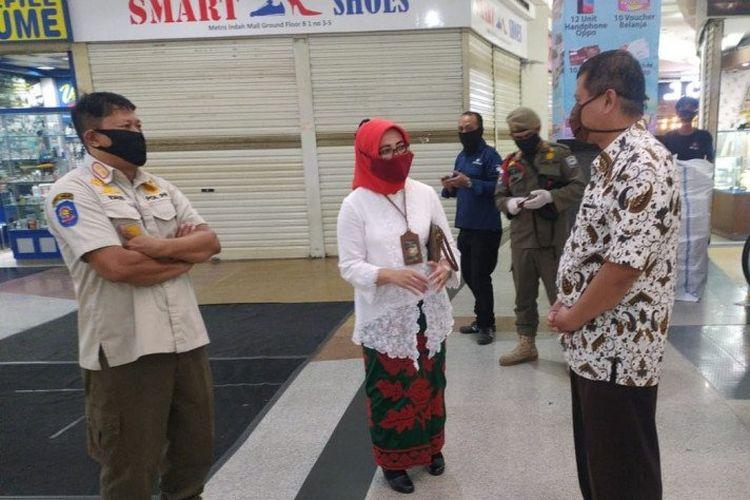 Dinas Perdagangan dan Perindustrian Elly Wasliah bersama Satpol PP Kota Bandung menutup pusat perbelanjaan yang masih buka.