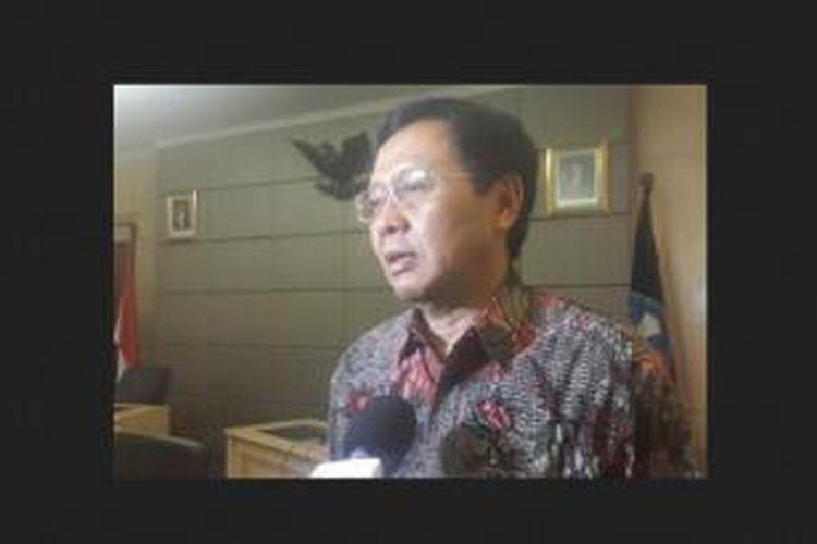Ketua tim evaluasi Kurikulum 2013 yang juga mantan Dirjen Pendidikan Dasar, Suyanto, memberikan hasil evaluasinya kepada Mendikbud Anies Baswedan, Rabu, (03/12/2014).