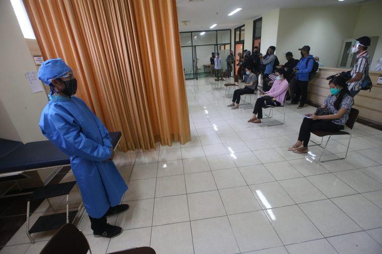 Peserta tampak mengantre dalam silmulasi uji klinis vaksin Covid-19 di Bandung, Kamis (6/8/2020).