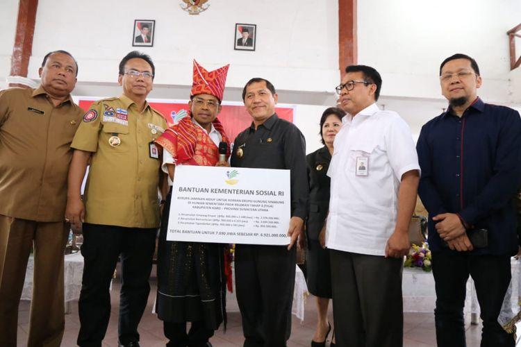 Menteri Sosial Idrus Marham menyerahkan bantuan sosial bagi masyarakat korban bencana alam Gunung Sinabung di Sumatera Utara, Senin (9/7/2018)