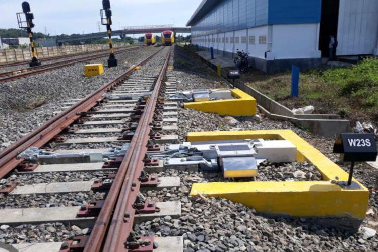 Jalur Kereta Api (KA) Makassar-Parepare.