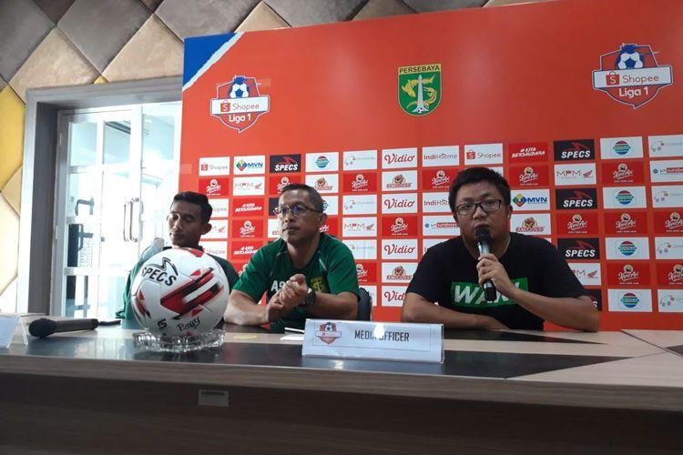 Pelatih Persebaya Aji Santoso bersama anak asuhnya Rizky Ridho saat jumpa pers jelang laga Persebaya vs Persipura di Surabaya, Kamis (12/3/2020).