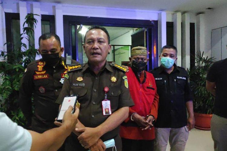 Asspidum Kejaksaan Tinggi Jambi Fajar Rudi menjelaskan kronologi eksekusi Ambok Lang (belakang baju merah), pada Kamis (17/12/2020) di Kejaksaan Tinggi Jambi.