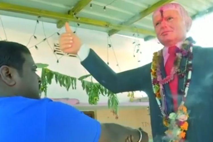 Bussa Krishna, seorang pria di Telangana, India, memberikan penghormatan bagi patung Presiden AS Donald Trump yang dia anggap sebagai dewa.