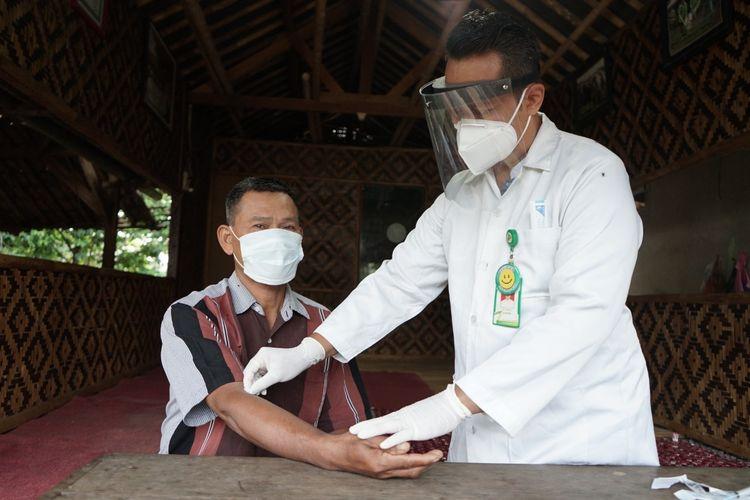 Tim kesehatan Dompet Dhuafa menggelar pemeriksaan kondisi kesehatan termasuk juga rapid test untuk peternak binaan yang akan menjadi pelaksana Tebar Hewan Kurban di lapangan.