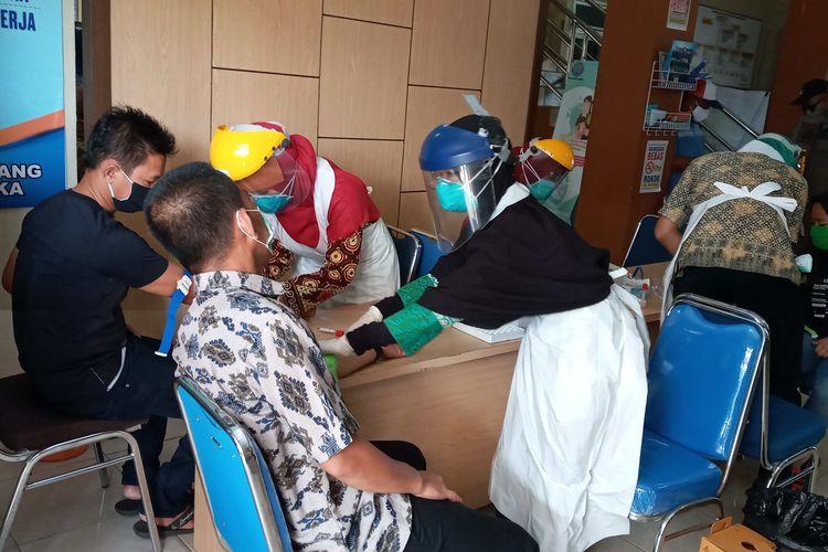 Warga menjalani rapit test massal di kantor camat Merawang, Bangka, Kamis (14/5/2020).