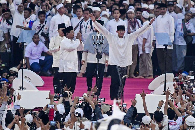 Pasangan capres-cawapres nomor urut 02 Prabowo Subianto (kiri) dan Sandiaga Uno menyapa pendukungnya saat kampanye akbar di Stadion Utama Gelora Bung Karno, Jakarta, Minggu (7/4/2019).
