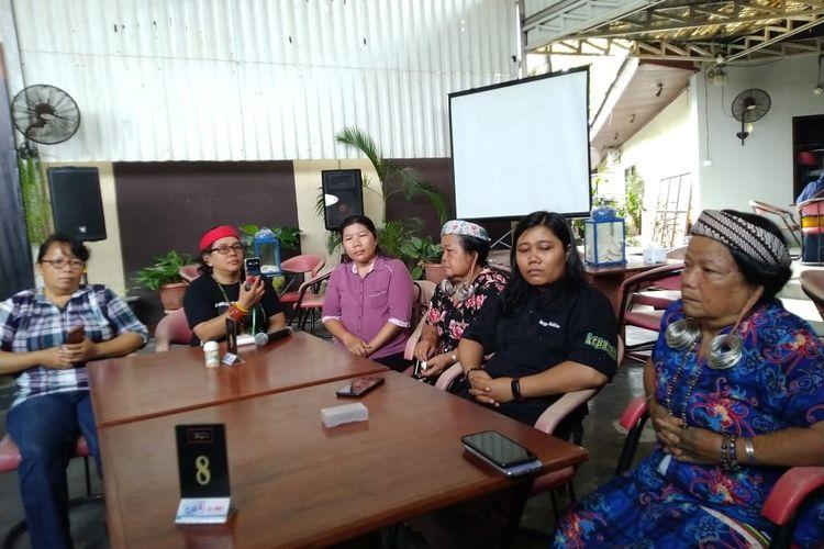 Masyarakat adat Long Isun didampingi Koalisi Kemanusiaan saat memberi keterangan pers di Samarinda, Rabu (6/2/2020).