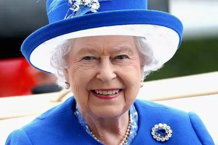 Ratu Elizabeth II mengenakan bros Pangeran Albert.