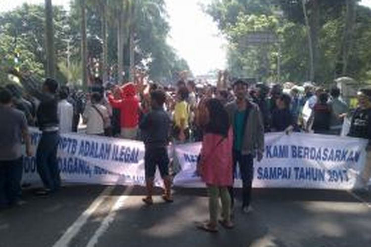 Aksi pedagang Pasar Bogor yang sempat menutup Jalan Juanda di depan Balai Kota Bogor, Kamis (22/5/2014).