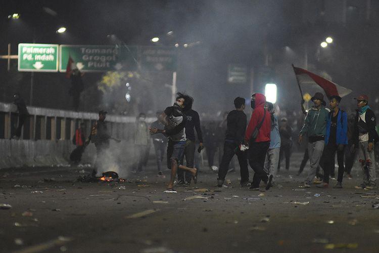 Mahasiswa dari berbagai elemen melakukan unjuk rasa di depan Gedung Parlemen, Senayan, Jakarta, Selasa (24/9/2019). Demo mahasiswa yang berlangsung di depan Gedung DPR sejak tadi pagi berakhir ricuh, suasana tidak kondusif terjadi sejak sore hingga malam hari.