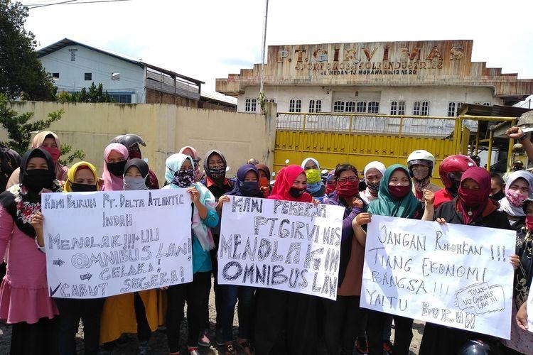Hanya membentangkan spanduk penolakan RUU Omnibus Law dan berdiri di depan pabrik, ini aksi yang dilakukan FSPMI Deli Serdang pada Selasa (6/10/2020).