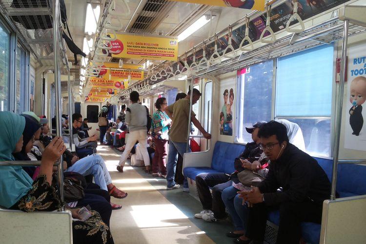 Suasana di dalam KRL commuter line relasi Bekasi-Jakarta Kota PP yang dialihkan rutenya melalui jalur Stasiun Pasar Senen, Senin (3/4/2017)