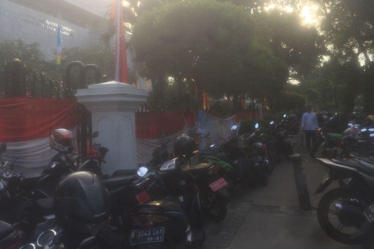 Motor diparkir di trotoar karena tidak bisa masuk ke dalam Gedung DPRD DKI Jakarta, Jumat (22/6/2018). Area parkir Gedung DPRD DKI dibuat steril untuk kebutuhan parkir tamu undangan dalam sidang paripurna istimewa HUT ke-491 Jakarta.