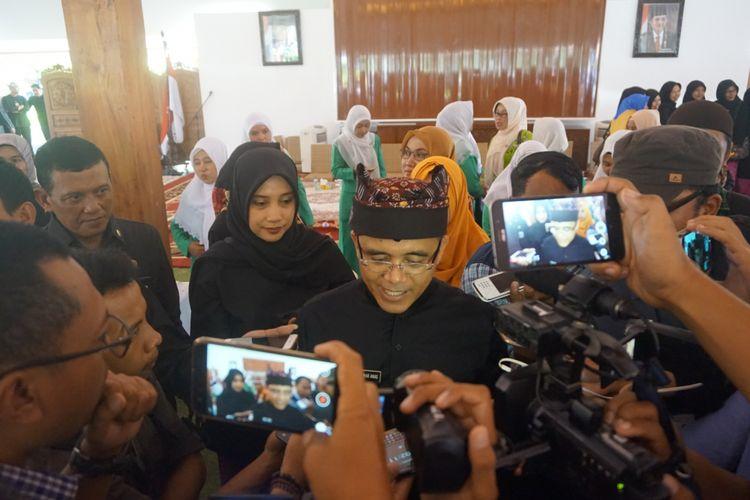 Bupati Banyuwangi Abdullah Azwar Anas bersama istri di Pendopo Shaba Swagata Blambangan Selasa (9/1/2018). Azwar Anas tetap memilih meneruskan kepemimpinannya di Banyuwangi