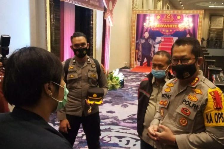 Kapolrestabes Makassar Kombes Witnu Urip Laksana (kanan) saat melakukan upaya persuasi kepada panitia acara ulang tahun produk kosmetik di Gedung Upperhills Makassar, Rabu (23/12/2020) malam.