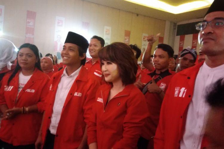 Ketua Umum Partai Solidaritas Indonesia (PSI) Grace Natalie (Tengah) dan Sekjen PSI Raja Juli Antoni (memakai peci) dalam Festival 11 Yogyakarta, di Jogja Expo Center (JEC) Banguntapan, Bantul, Senin (11/2/2019) malam.