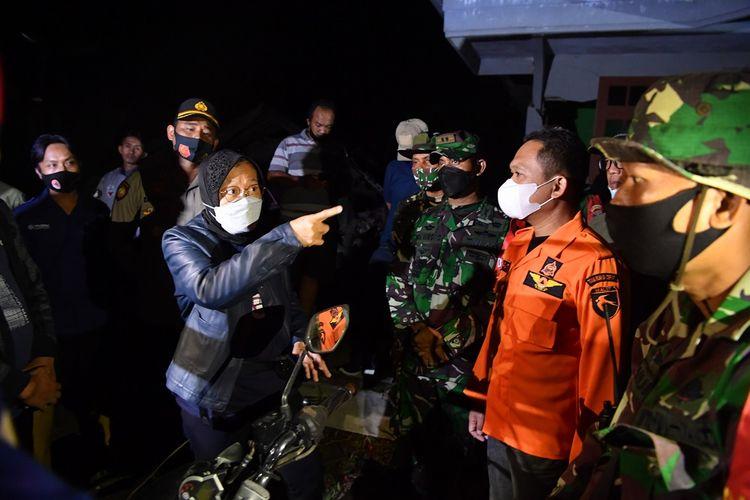 Menteri Sosial Tri Rismaharini (kiri) berbincang dengan Bupati Lumajang Thoriqul Haq (kedua kanan) ketika meninjau lokasi terdampak gempa di Desa Kali Uling, Lumajang, Jawa Timur, Minggu (11/4/2021). Dalam kunjungannya, Mensos Tri Rismaharini memberikan bantuan kepada warga yang terdampak gempa dan meminta pemerintah setempat segera mencari lokasi yang aman untuk dibangun posko pengungsian. ANTARA FOTO/Zabur Karuru/rwa.
