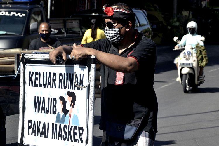 Foto dirilis Jumat (22/5/2020), memperlihatkan pecalang atau petugas keamanan adat Bali berjaga saat kegiatan sosialisasi dan edukasi pendisiplinan penggunaan masker di wilayah Desa Adat Intaran, Sanur.
