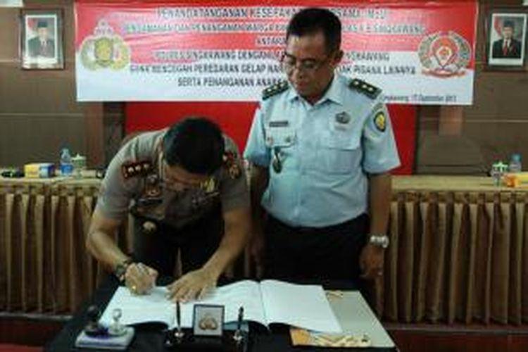 suasana penandatanganan MoU antara kepolisian resort Singkawang dan lembaga pemasyarakatan Kelas II B di aula Polres Singkawang, Kalimantan Barat (13/9/2013)