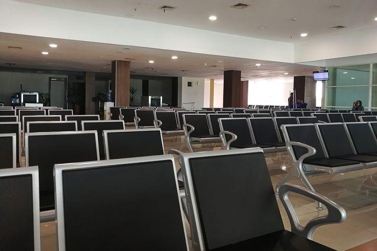 Suasana di ruang tunggu Bandara Adi Soemarmo Boyolali Jawa tengah beberapa waktu lalu. Harga tiket pesawat yang mahal membuat penumpang enggan menggunakan moda trasportasi ini.