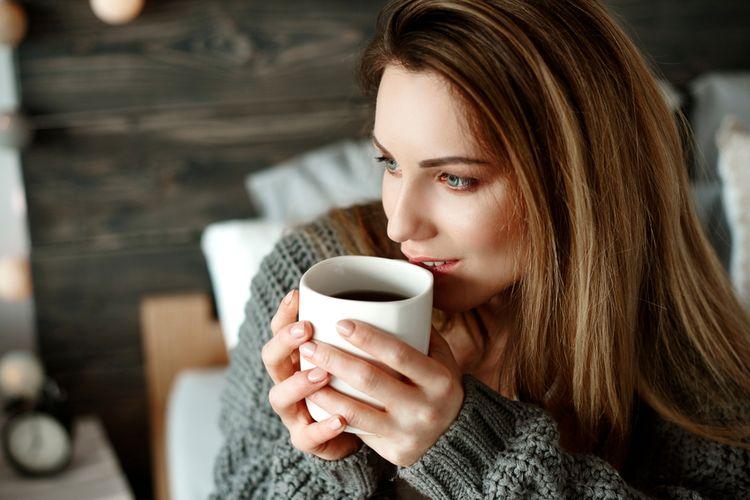 Ilustrasi minum kopi di pagi hari.