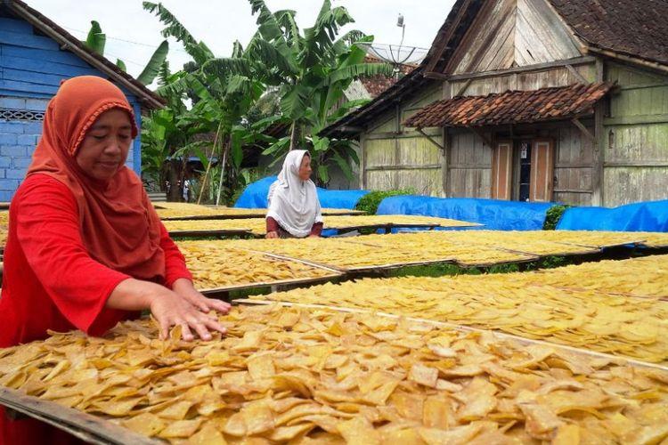 Wardati (55), pegrajin kerupuk kedelai di Dusun Gading, Desa Tuntang, Kecamatan Tuntang, Kabupaten Semarang tengah menjemur kerupuk, Jumat(15/12/2017). Pada musim hujan produksi kerupuk menurun lantaran minim sinar matahari.