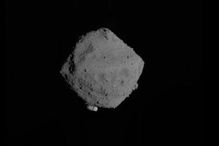 Penampakan asteroid Ryugu saat Wahana Antariksa Hayabusa-2 mendarat di permukaannya.