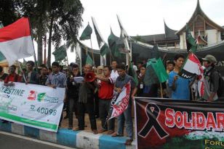 Forum Bersama Peduli Gaza Sumatera Barat, menggelar aksi bersama #SaveGaza di depan Kantor Gubernur Sumatera Barat di Padang, Jumat (11/7/2014).