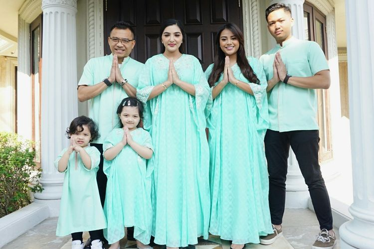 Artis musik Anang Hermansyah bersama Ashanty Siddik, Azriel, Aurelie, Arsy dan Arsya di kediaman mereka di kawasan Cinere, Depok, Jawa Barat, Rabu (5/6/2019).