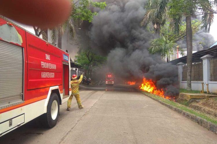 Petugas Pemadam Kebakaran tampak berjibaku memadamkan si jago merah di lokasi kejadian, Sentul, Kecamatan Babakan Madang, Kabupaten Bogor, Jawa Barat, Jumat (7/8/2020)