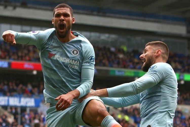 Gelandang Chelsea Ruben Loftus-Cheek merayakan gol dengan striker Chelsea, Olivier Giroud (kanan), setelah mencetak gol dalam pertandingan Liga Premier antara Cardiff City vs Chelsea di Stadion Cardiff City pada 31 Maret 2019.