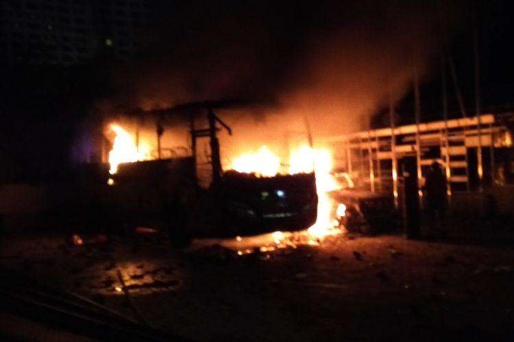 Satu bus TNI dan sebuah mobil terbakar di tempat parkir Lapangan Tembak Senayan, Jakarta Pusat, Selasa (24/9/2019)