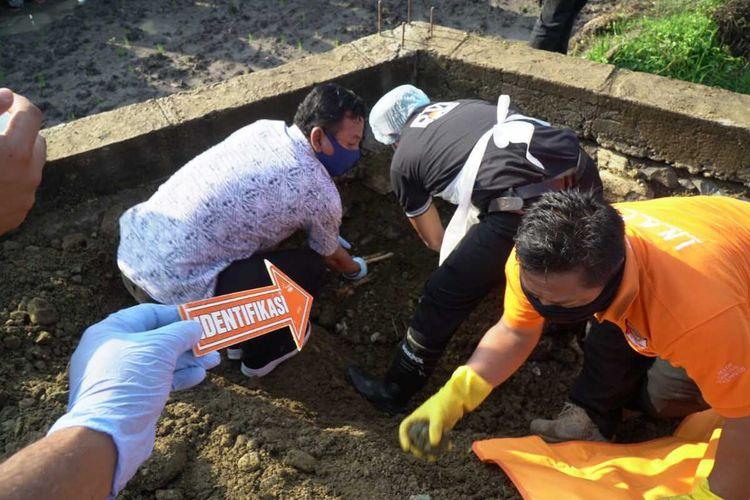 suasana identifikasi korban yang dibunuh selingkuhan di Desa Pengenbur, Lombok Tengah