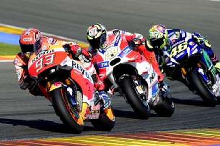 Pebalap Repsol Honda asal Spanyol, Marc Marquez (depan), bersaing dengan pebalap Ducati Team asal Italia, Andrea Iannone (tengah), dan pebalap Movistar Yamaha asal Italia, Valentino Rossi, pada balapan GP Valencia di Sirkuit Ricardo Tormo, Minggu (13/11/2016).