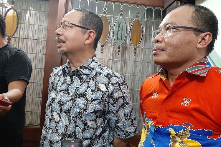 Direktur Medik dan Keperawatan RSUP Kariadi Semarang Agoes Oerip Poerwoko (kiri) dan Kepala Bidang Pelayanan Medik RSUP Kariadi Semarang Nurdopo Baskoro di Puri Gedeh, Minggu (15/3/2020).