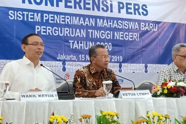 Peluncuran Sistem Penerimaan Mahasiswa Baru 2020 dilakukan oleh Direktur Jenderal Pembelajaran dan Kemahasiswaan (Dirjen Belmawa) Prof. lsmunandar yang mewakili Menteri Pendidikan dan Kebudayaan. lkut serta mendampingi Prof. Ravik Karsidi, Prof. Mohammad Nasih (Ketua LTMPT), Prof. Dr. Sutrisna Wibawa (Wakil Ketua 11), serta Prof. Syafsir Akhlus (Pengurus MRPTNl) di Gedung D Kemendikbud (15/11/2019).