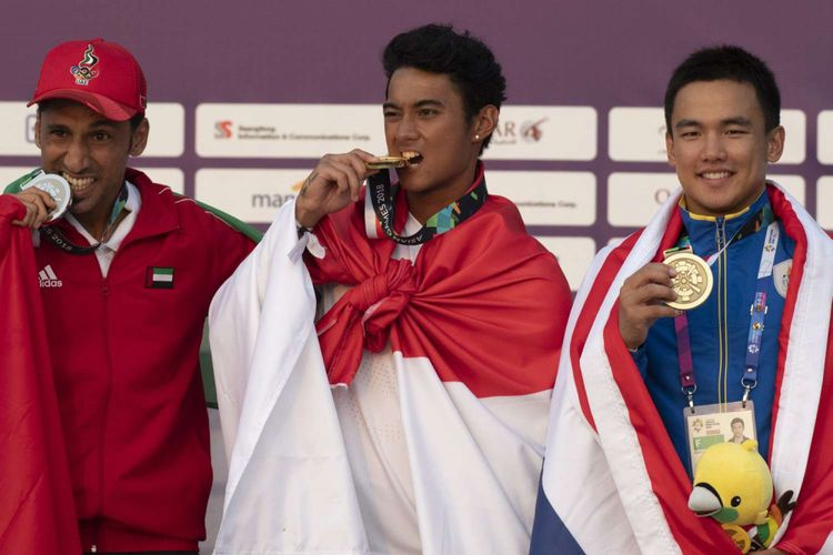 (kanan ke kiri): Peraih medali perunggu Suphathat Footrakul asal Thailand, peraih medali emas Aqsa Sutan Aswar asal Indonesia dan peraih medali perak Ali Allanjawi asal Uni Emirate Arab, berpose dalam prosesi penyerahan medali cabang jetski nomor endurance run about Asian Games 2018, di Jakarta, Minggu (26/8/2018).